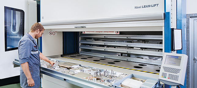 In the production area special equipment for various machine clusters are safeguarded and neatly stored in a Hänel Lean-Lift®